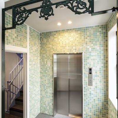 アイアングリルが美しいエレベーターホール(草原のイメージ)