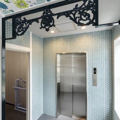 アイアングリルが美しいエレベーターホール(空のイメージ)