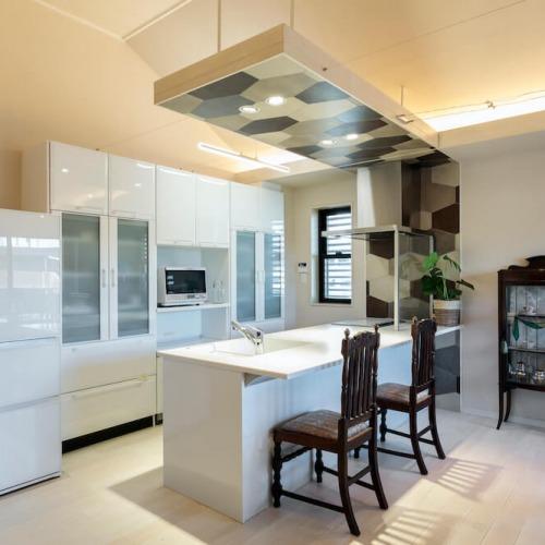 白基調のタイルがきれいなキッチン